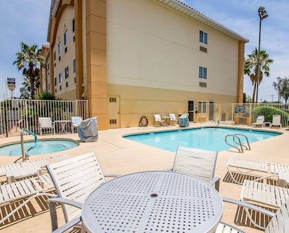 Outdoor pool with hot tub | Comfort Suites Peoria Sports Complex