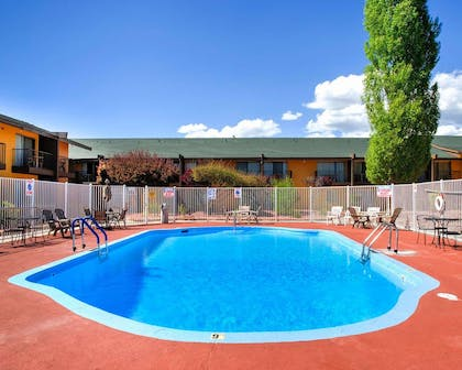 Outdoor pool with sundeck | Rodeway Inn And Suites Flagstaff