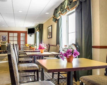 Enjoy breakfast in this seating area | Comfort Inn Green Valley I-19