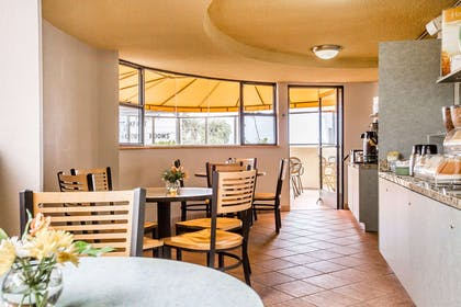 Enjoy breakfast in this seating area   Quality Inn & Suites Hermosa Beach