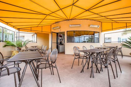 Outdoor dining area   Quality Inn & Suites Hermosa Beach