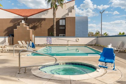 Outdoor hot tub | Quality Inn And Suites