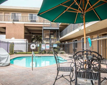 Outdoor pool with sundeck | Quality Inn & Suites Anaheim Maingate
