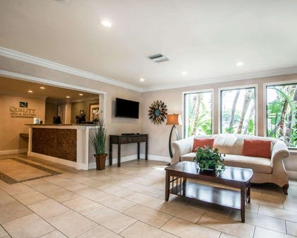 Lobby with sitting area | Quality Inn & Suites Anaheim Maingate