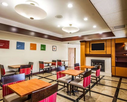 Enjoy breakfast in this seating area | Comfort Inn & Suites Oakland