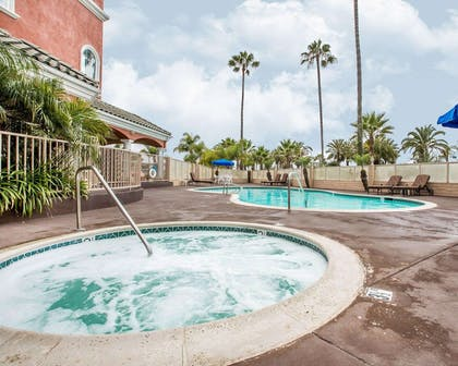 Outdoor pool with hot tub | Comfort Suites Oceanside Camp Pendleton Area