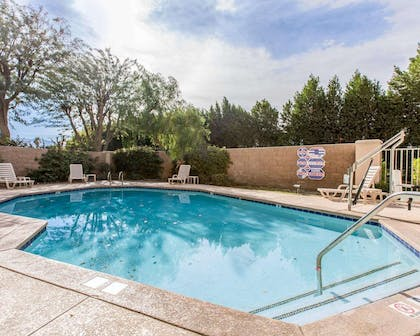 Outdoor pool with sundeck | Comfort Suites Palm Desert I-10