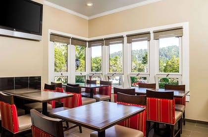 Enjoy breakfast in this seating area | Comfort Inn Monterey Peninsula Airport