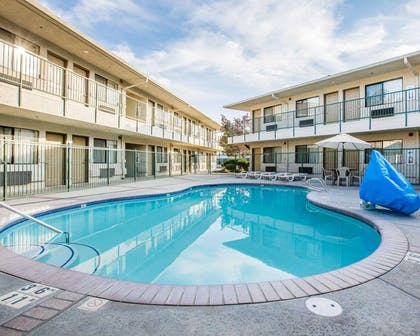 Outdoor pool with sundeck | Comfort Inn Yosemite Area
