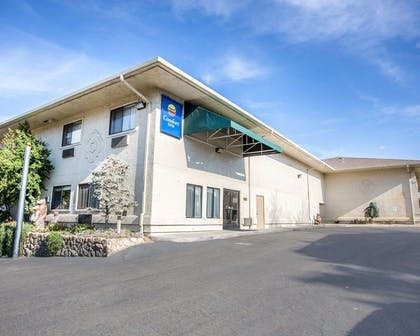 Beautifully landscaped hotel | Comfort Inn Yosemite Area
