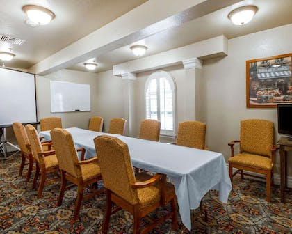 Banquetmeeting room with audiovisual equipment | Comfort Inn & Suites