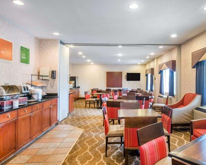 Enjoy breakfast in this spacious area   Comfort Inn North - Air Force Academy Area