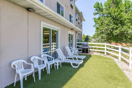 Hotel courtyard | Quality Inn & Suites