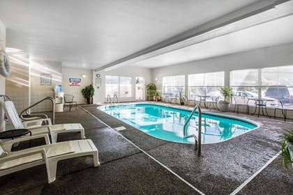 Relax by the pool | Quality Inn & Suites Summit County