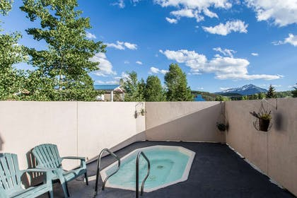 Outdoor hot tub | Quality Inn & Suites Summit County