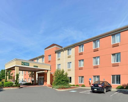 Quality Suites hotel in Stratford, CT | Quality Suites