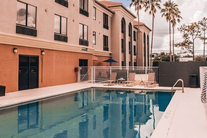 Outdoor pool | Comfort Suites UCF/Research Park