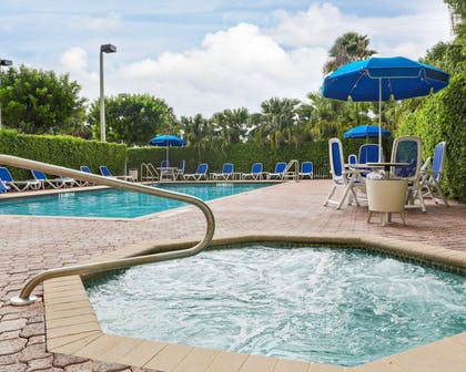 Outdoor pool with hot tub | Comfort Suites Miami - Kendall