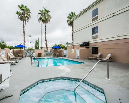 Outdoor pool with hot tub | Comfort Inn Plant City - Lakeland