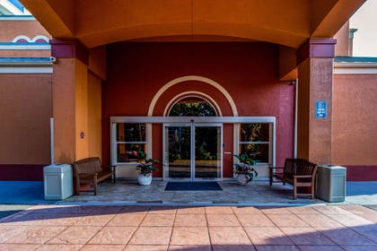 Hotel entrance | Quality Suites