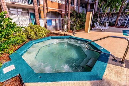 Outdoor hot tub | Quality Suites