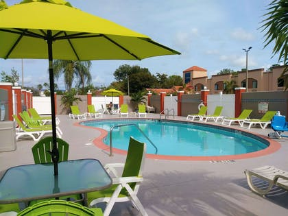 Outdoor pool   Quality Suites Fort Myers - I-75