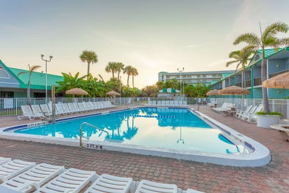 Outdoor pool with hot tub | Quality Inn & Suites Port Canaveral Area