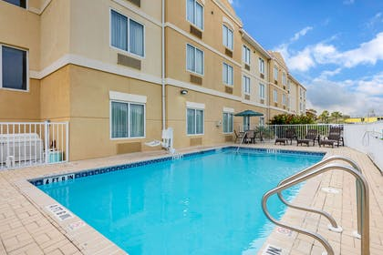 Outdoor pool | Comfort Suites Fernandina Beach at Amelia Island