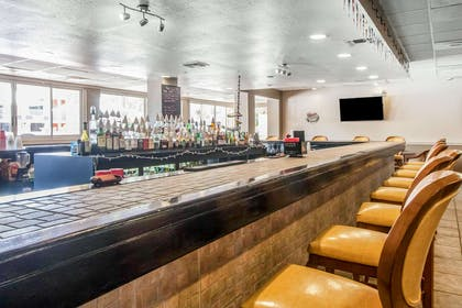 Cocktail lounge | Quality Inn & Suites Conference Center