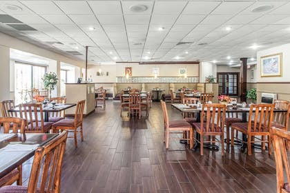 Hotel restaurant | Quality Inn & Suites Conference Center