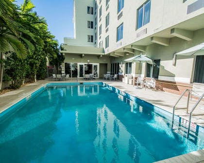 Outdoor heated pool | Comfort Suites Miami Airport North