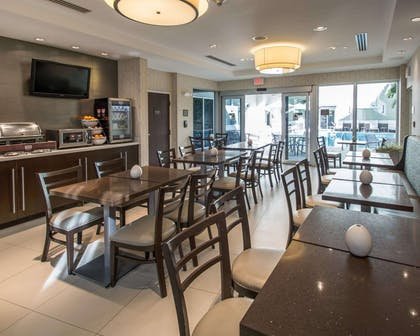 Enjoy breakfast in this seating area | Comfort Suites Miami Airport North