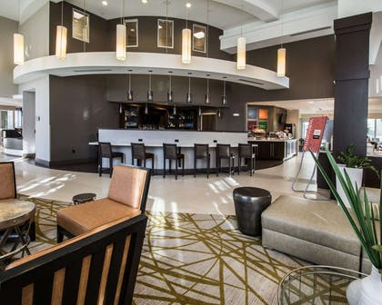 Lounge area | Comfort Suites Miami Airport North