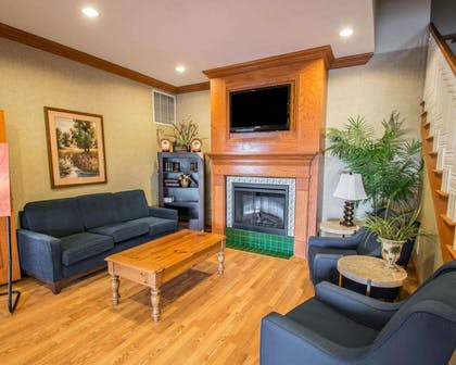 Spacious lobby with sitting area   Comfort Inn & Suites I-95 - Outlet Mall