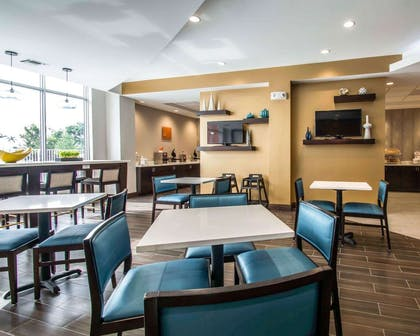 Enjoy breakfast in this spacious area | Comfort Suites Fort Lauderdale Airport South & Cruise Port