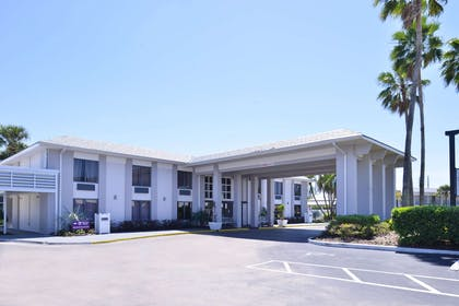 Hotel exterior | Clarion Inn & Suites Across From Universal Orlando Resort