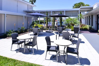 Courtyard | Clarion Inn & Suites Across From Universal Orlando Resort