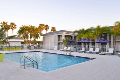 Outdoor pool | Clarion Inn & Suites Across From Universal Orlando Resort