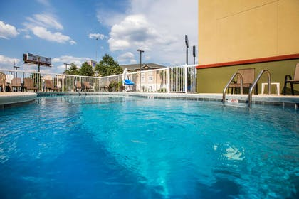 Relax in the hotel pool | Econo Lodge
