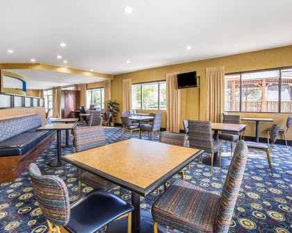 Enjoy breakfast in this seating area | Comfort Suites Macon