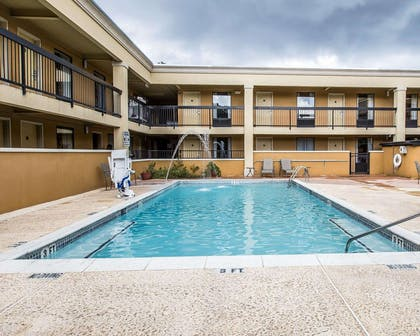 Courtyard pool | Quality Inn And Suites