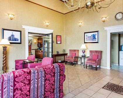 Lobby with sitting area | Econo Lodge Inn & Suites