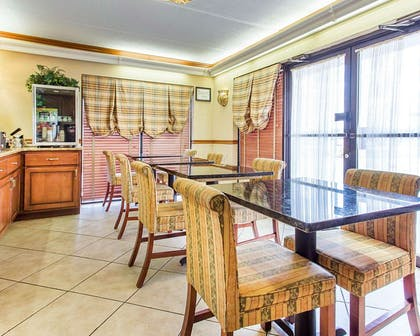 Enjoy breakfast in this seating area | Econo Lodge Inn & Suites