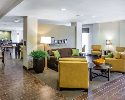 Beautifully decorated hotel   MainStay Suites Cartersville - Emerson Lake Point