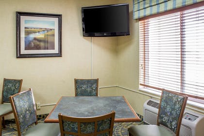 Hotel breakfast seating area | Comfort Inn Sioux City