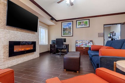 Hotel lobby | Comfort Suites Council Bluffs