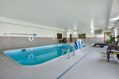 Indoor pool with hot tub | Comfort Suites Council Bluffs