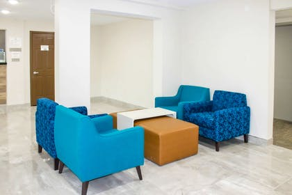 Lobby with sitting area | Econo Lodge Inn & Suites Bettendorf