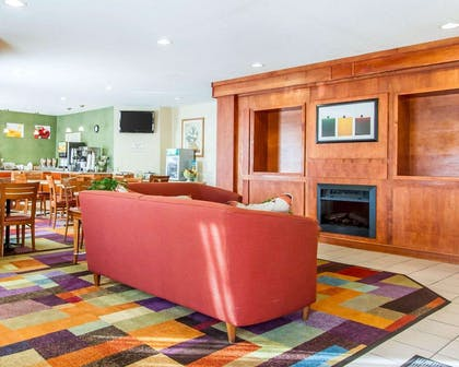 Lobby with sitting area | Quality Inn & Suites Keokuk North