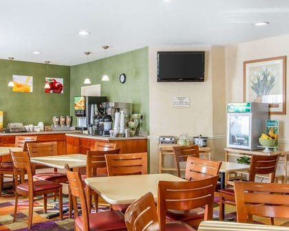 Enjoy breakfast in this seating area | Quality Inn & Suites Keokuk North
